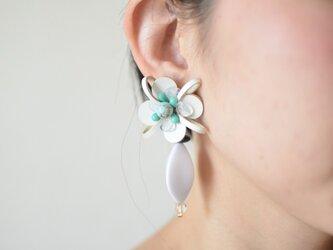 【レザーピアス/イヤリング】 Flower Petal〝white〟の画像