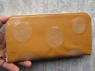 刺繍革財布『ぐるぐる』ツヤ山吹×生成り(ヤギ革)ラウンドファスナー型の画像