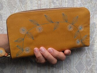 刺繍革財布『花かざり』ツヤ山吹×blue(ヤギ革)ラウンドファスナー型の画像