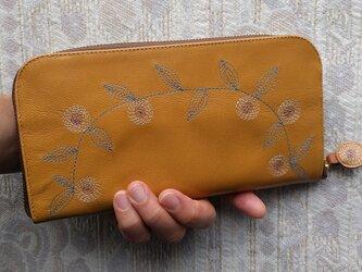 刺繍革財布『花かざり』ツヤ山吹×Mix(ヤギ革)ラウンドファスナー型の画像