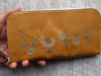 刺繍革財布『幸せな鳥』ツヤ山吹(ヤギ革)ラウンドファスナー型の画像