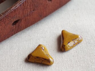 c-25 からし色の三角ピアス/イヤリング シャビー アンティーク 山吹色 一点ものの画像