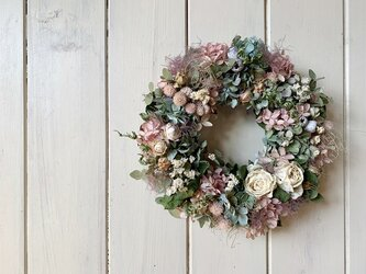 アイボリーのバラのリースの画像