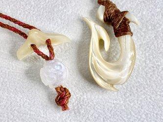 【送料無料】フィッシュフックとホワイトラブラドライトのネックレスの画像
