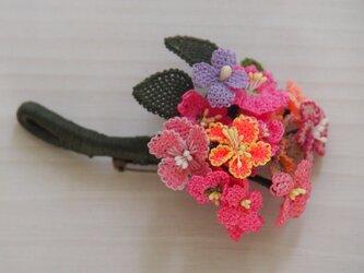 ピンクの花束 糸だけで出来ているブローチの画像