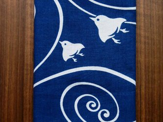 天然藍の型染め手拭い 渦波千鳥の画像