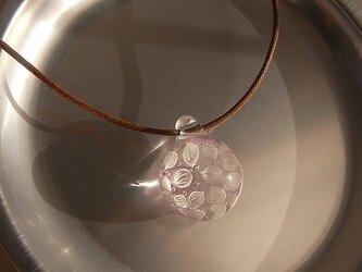 オオバコ・葉脈のガラス球ネックレス・ピンク・ガラス製・綿紐の画像