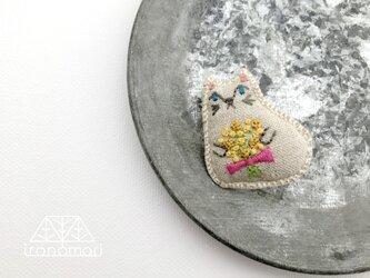 nuuno刺繍ブローチ 「ミモザ花束を持つネコちゃん」の画像