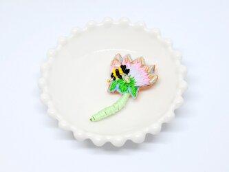 刺繍ブローチ 花とハチ ベビーピンクの画像