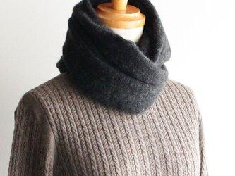 手編み機で編んだカシミアセーブルスヌード チャコールグレーの画像