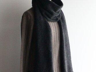 手編み機で編んだカシミアセーブル細巾ストール チャコールグレーの画像