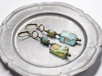 銀化グリーンローマングラスとインディアンアゲートのアンシメトリーピアスの画像