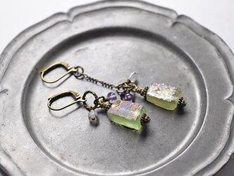 銀化黄緑色ローマングラスとグーズベリー、アメジストのアンシメトリーピアスの画像