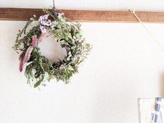 自家栽培ハーブのユーカリとケイトウとスターチスの冬から春へのグリーンリースの画像