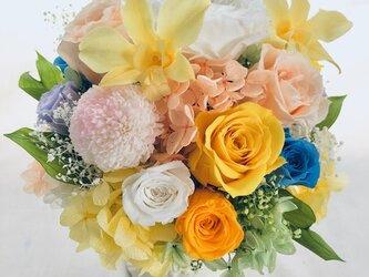 【プリザーブドフラワーアレンジ/薔薇とポンポンマム・デンファレの花畑/フラワーケース付き】の画像