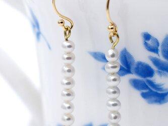 K18 極小本真珠の7粒ピアス ホワイト系 日本製18金 刻印有 金属アレルギー対応【Luxe】の画像