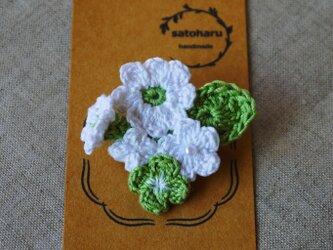 白い花と四葉のクローバーのブローチの画像