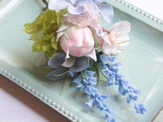 桜と青色小花のパステルコサージュ☆トレイ付きの画像