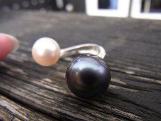 ブラック&ホワイトの真珠リングの画像