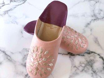 新作 手縫い刺繍の上品バブーシュ ブロードリー バイカラー ベビーピンクの画像