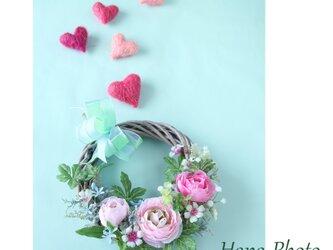 ピンクのラナンキュラスの春風リース  (リース台:直径20㎝)    (226)の画像