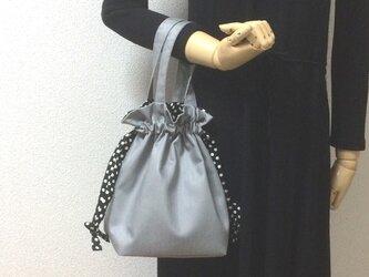 珍しい‼︎シルバーデニム 今年流行のらくらく巾着バッグ 白黒水玉紐リボンの画像