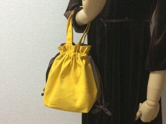 【旬のミモザカラー×ブラウンシャンブレー紐リボン 11号帆布 使いやすい巾着バッグの画像