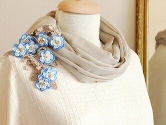 【再販】立体レース 花のコットンストール「マーガレット/2辺」ベージュ&ブルーの画像