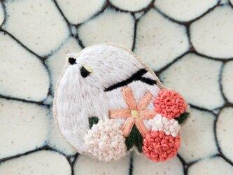 シマエナガとお花刺繍ブローチの画像