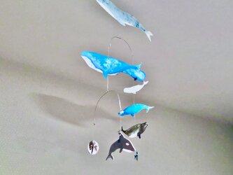 宇宙を泳ぐクジラに想いを馳せるモビールの画像