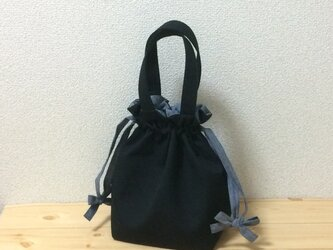合わせやすいブラック×ブルーダンガリーの紐リボン キャンバス生地 今年一押しのい巾着バッグの画像