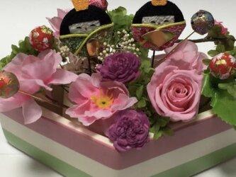ひし餅の形の花器を使ったお雛様の画像