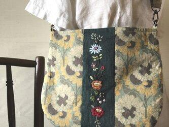 ボタニカル生地と花の刺繍のサコッシュ(ポシェット)の画像