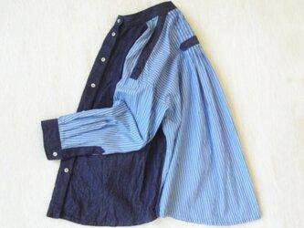 インディゴ ムラ糸 デニム&ストライプ・スタンドカラー シャツの画像