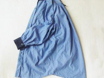 コットン・チョークストライプ&ムラ糸デニム・バンドカラーシャツの画像
