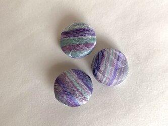 絹手染くるみボタン3個(紫薄緑赤紫・18mm)の画像