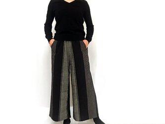 すっきり脚長シルエットの手織綿ロングパンツ、ブラックストライプの画像