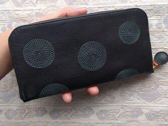 刺繍革財布『ぐるぐる』黒×ホワイトグリーン(牛革)ラウンドファスナーの画像