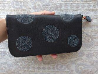 刺繍革財布『ぐるぐる』黒×グレイッシュブルー(牛革)ラウンドファスナーの画像