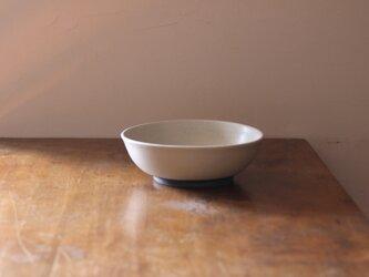シンプルでどっしりとしたどんぶり鉢の画像
