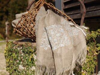 [亜麻色] リネンツイルガーゼの刺繍ストール ミドル巾の画像
