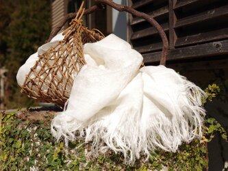 [白色] リネンツイルガーゼの刺繍ストール ミドル巾の画像