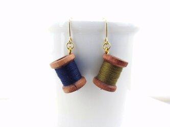 木製糸巻きピアス(ネイビー・モスグリーン)の画像