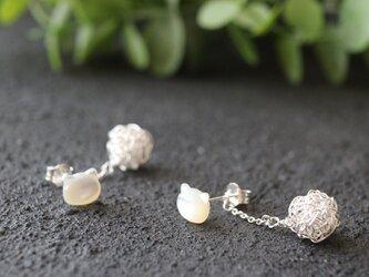 [silver999] ネコと純銀クロッシェボールの2WAYピアス(ホワイトシェル)の画像