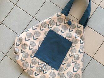 北欧調チューリップ柄のたっぷり入るフリーバッグ(エコバッグ折り畳み)の画像