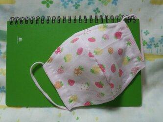 【手縫い】Wガーゼ立体マスク16×13㎝☆いちご柄☆ピンク色☆裏地手ぬぐい地☆プチギフトの画像