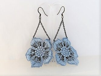 【アクセサリー】金古美金具・手染めレース&大きなお花ブルーのピアスの画像