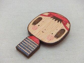 こけし 木のブローチの画像