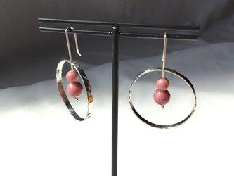 Silver950 槌目輪っかの中に桜色の天然石が揺れるピアスの画像