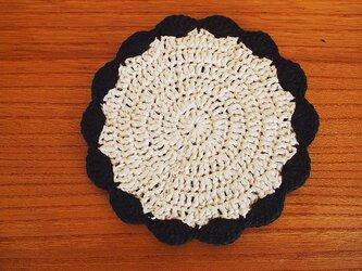 リボン糸の花型コースター*生成り×黒*黒の画像
